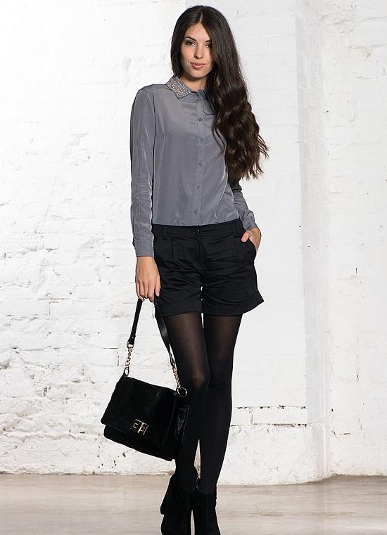 Девушка в черных шортах и серой блузке