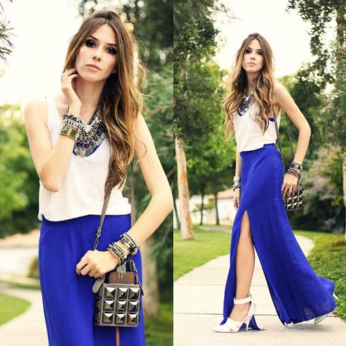 Девушка в длинной синей юбке, белом топе и в колье