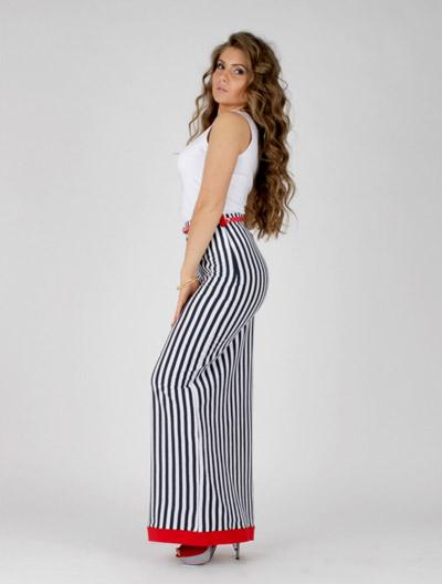 Девушка в длинной юбке в вертикальную черно-белую полоску