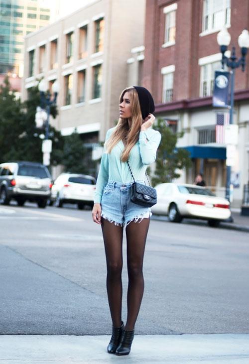 Девушка в джемпере и высоких шортах