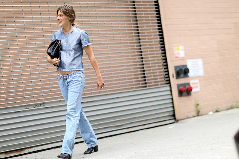 Девушка в джинсах и блузе в бледно-синих, пастельных тонах