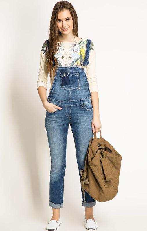 Девушка в джинсовом комбинезоне и слипах