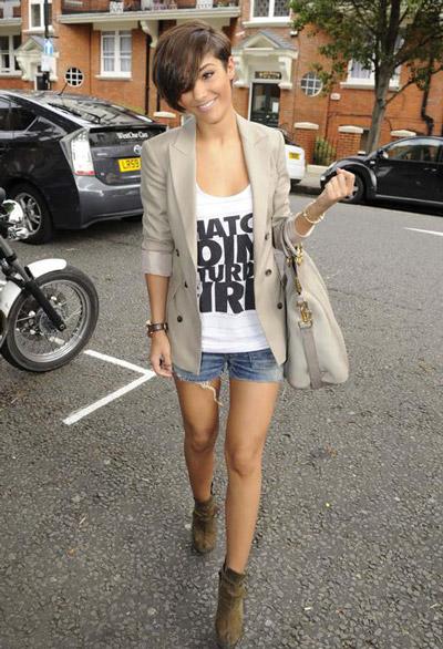 Девушка в джинсовых шортах, белом топе с принтом и жакете