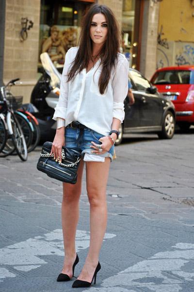 Девушка в джинсовых шортах и блузке