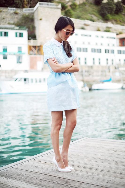 Девушка в голубой мини юбке и блузе в тон