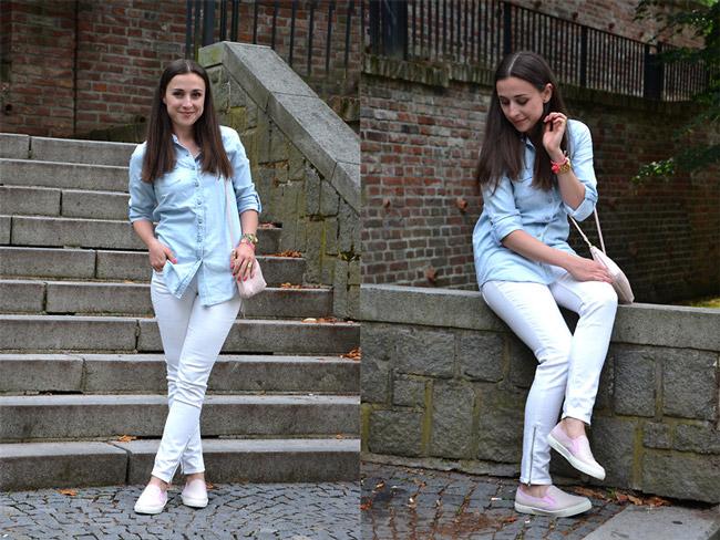 Девушка в голубой джинсовой рубашке, светлых джинсах и слипонах
