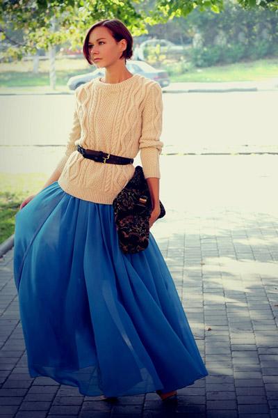 Девушка в голубой юбке и бежевом джемпере