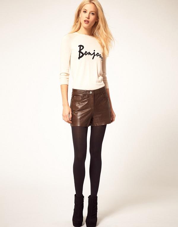 Девушка в коричневых шортах и джемпере