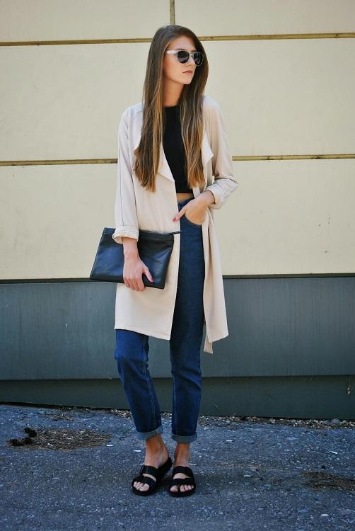 Девушка в коротких джинсах и биркенштоках