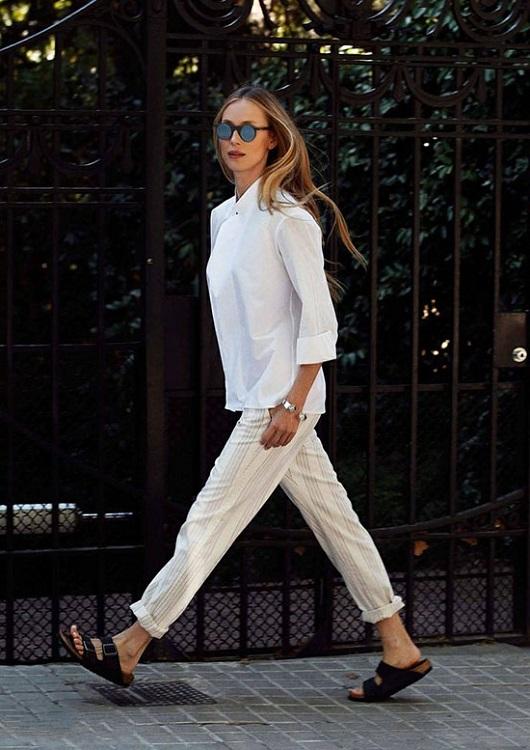 Девушка в коротких светлых брюках и биркенштоках