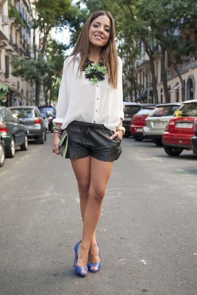 Девушка в кожаных шортах и белой блузке