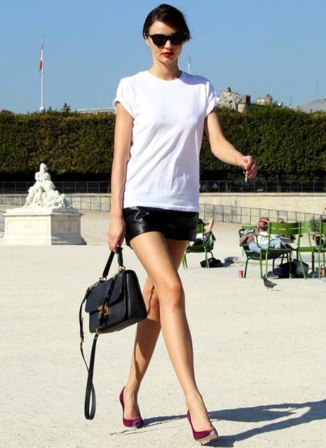 Девушка в кожаных шортах и белой футболке