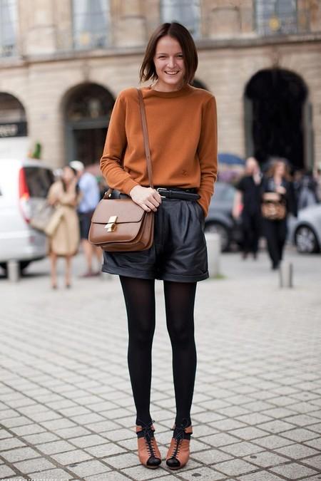 Девушка в кожаных шортах и горчичном джемпере