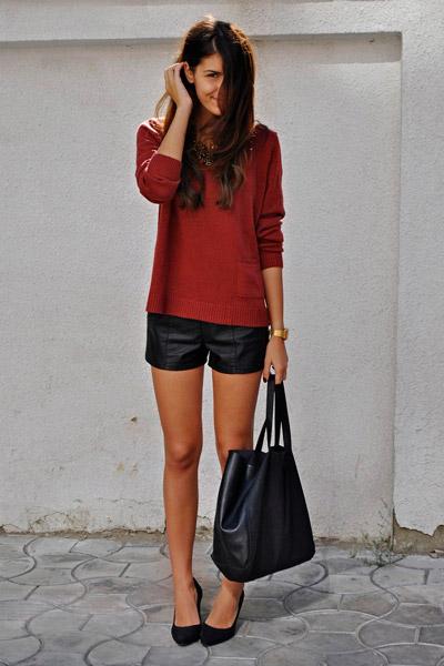 Девушка в кожаных шортах и красном джемпере