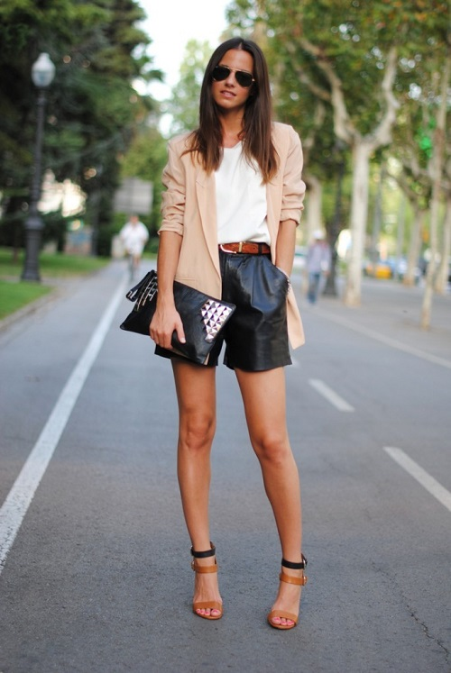 Девушка в кожаных шортах топе и кардигане