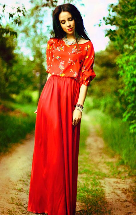 Девушка в красной юбке и оранжевой блузке