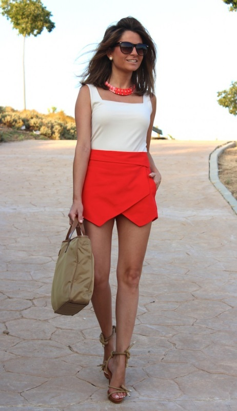 Такая яркая юбка-шорты выглядит очень красиво, особенно в дополнении с соответствующим по цвету колье