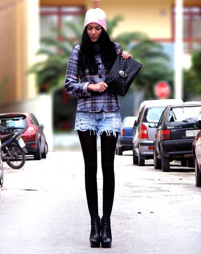 Девушка в плотных колготках и шортах