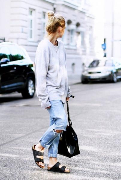 Девушка в подвернутых джинсах и биркенштоках