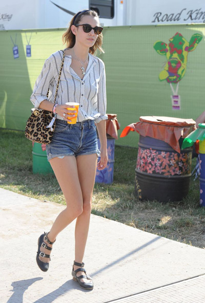 Девушка в полосатой рубашке