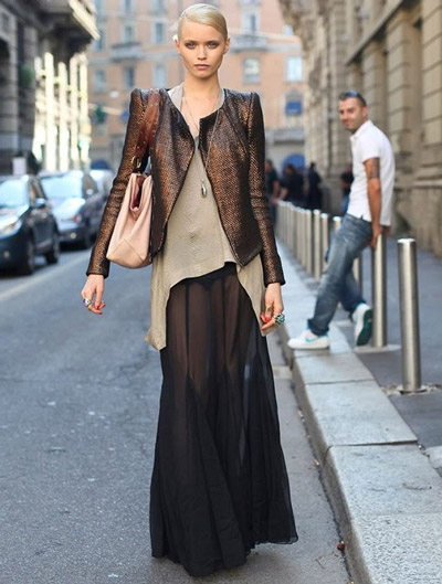 Девушка в полупрозрачной черной юбке