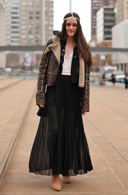 Девушка в прозрачной юбке и теплой куртке