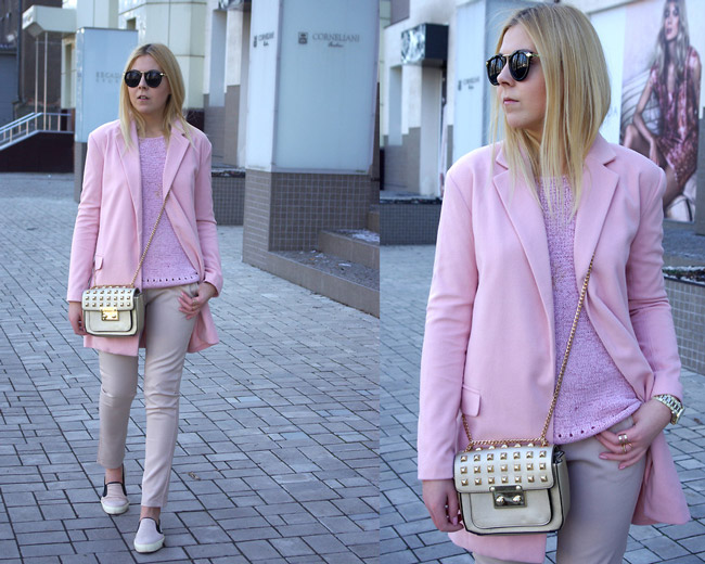 Девушка в розовом пальто, джемпере, бежевых брюках и слипонах