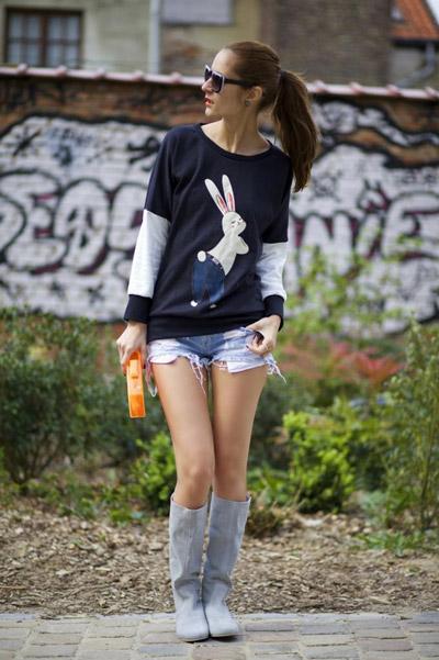 Девушка в шортах и свитшоте с зайцем