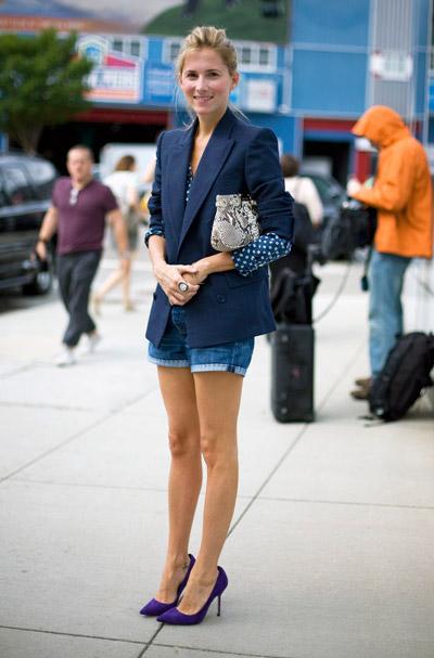 Девушка в синем жакете и джинсовых шортах