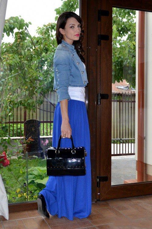 Девушка в синей юбке, белом топе и джинсовке