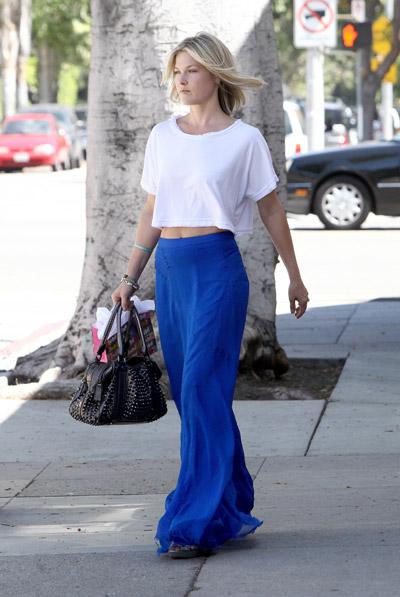Девушка в синей юбке и белом топе
