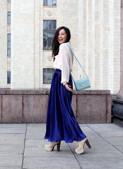 Девушка в синей юбке и белой блузке