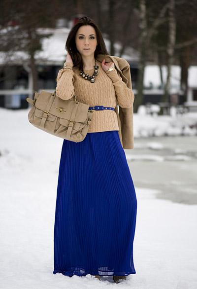 Девушка в синей юбке и бежевом джемпере