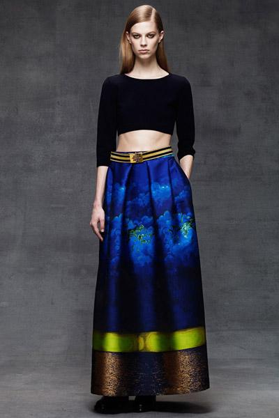 Девушка в синей юбке и черном топе