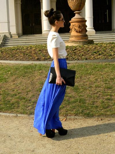 Девушка в синей юбке и светлой футболке