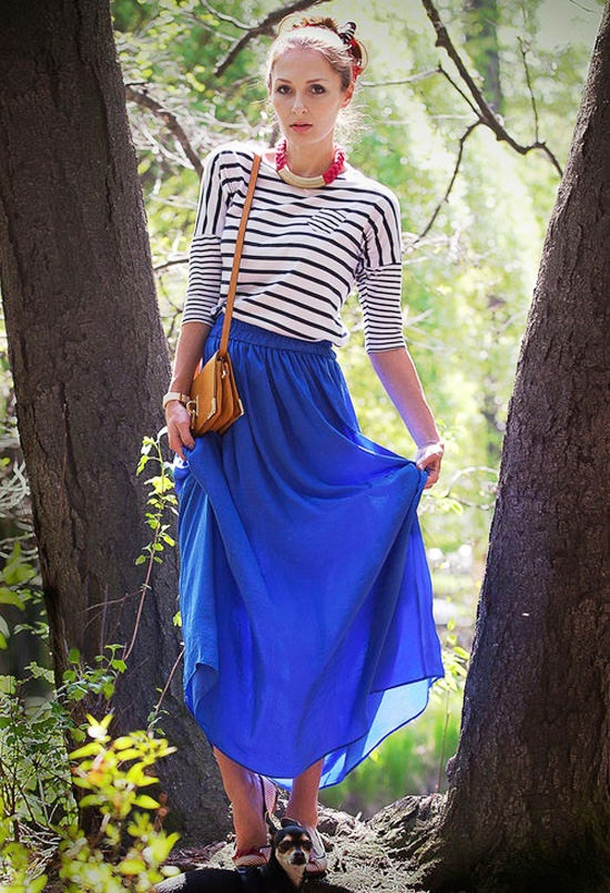 Девушка в синей юбке и тельняшке