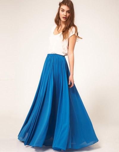 Девушка в синей юбке в пол и белом топе