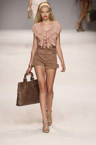 Девушка в светло-коричневых шортах и телесной блузке