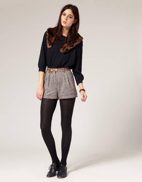 Девушка в светло-серых шортах и черной блузке
