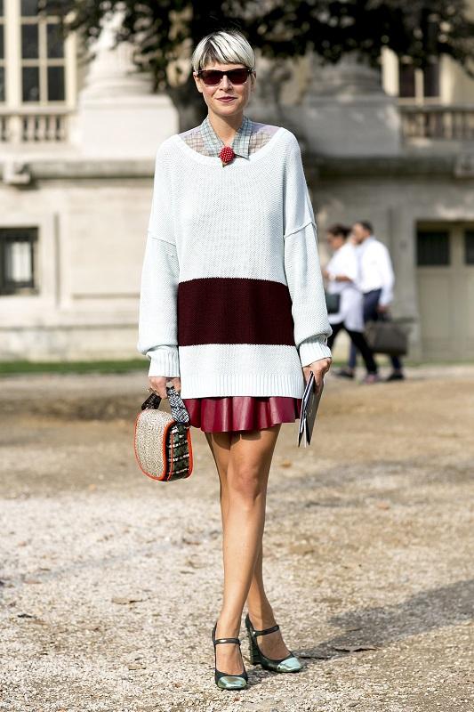 Девушка в светлом свитере