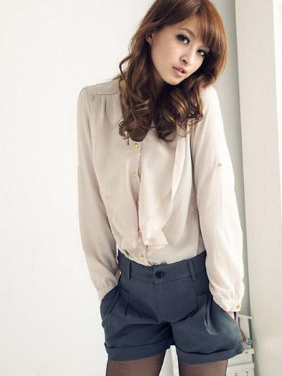 Девушка в темно-серых шортах и светлой блузке