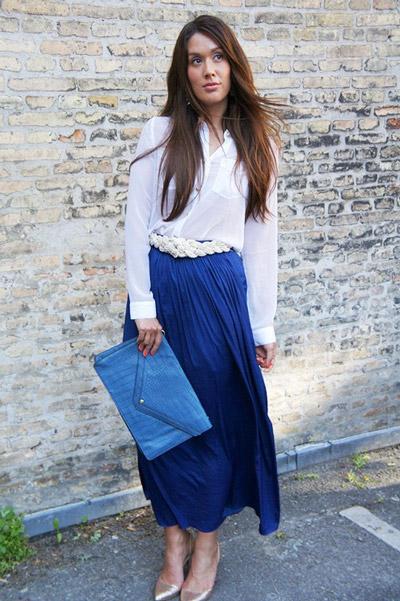 Девушка в темно-синей юбке и с белым верхом