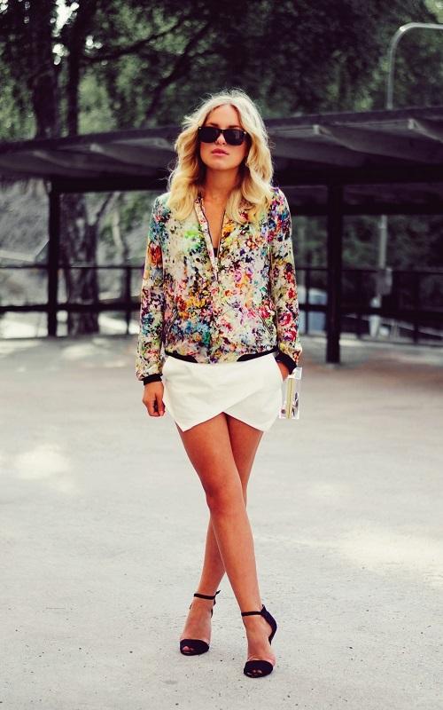 Белую юбку-шорты естественно можно носить с различными блузками. Вот очень показательный пример