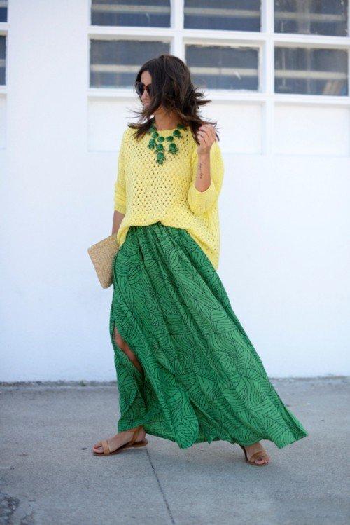 Девушка в зеленой юбке и желтом свитере оверсайз