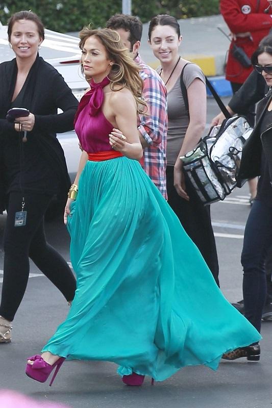 Дженнифер Лопес в широкой юбке в пол и фиолетовом топе