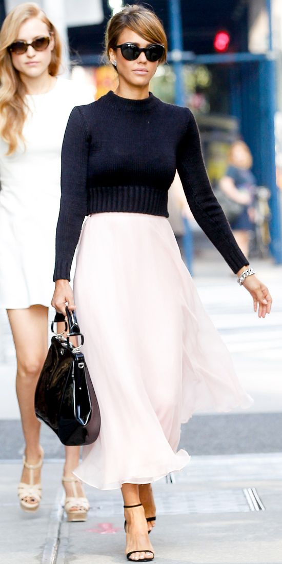 Джессика Альба в длинной белой юбке и черном топе