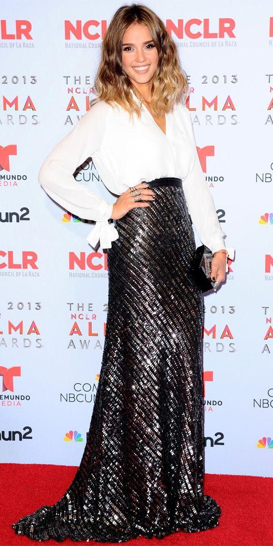Джессика Альба в длинной, блестящей юбке и белой блузке