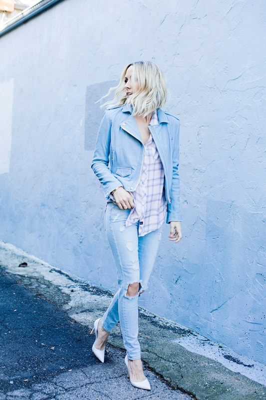 Джинсы с дырками отлично допонит рубаха в клетку и пиджак