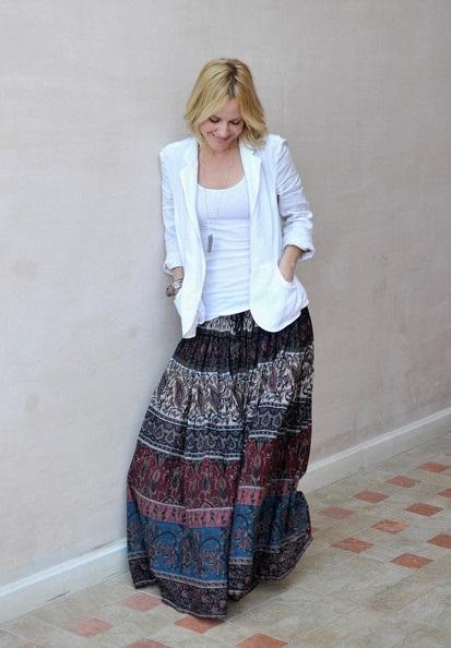 Эмма Колфилд в широкой, длинной юбке с принтом и белом жакете