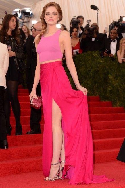 Эмма Стоун в длинной розовой юбке и розовом топе